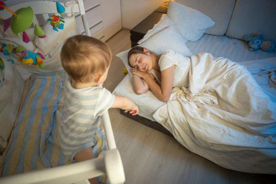 Упасть ребенок может из своей кроватки