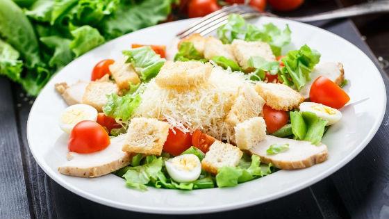 Низкокалорийный и питательный салат Цезарь