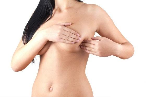 Диагностировать уплотнения в груди возможно при регулярном самоосмотре