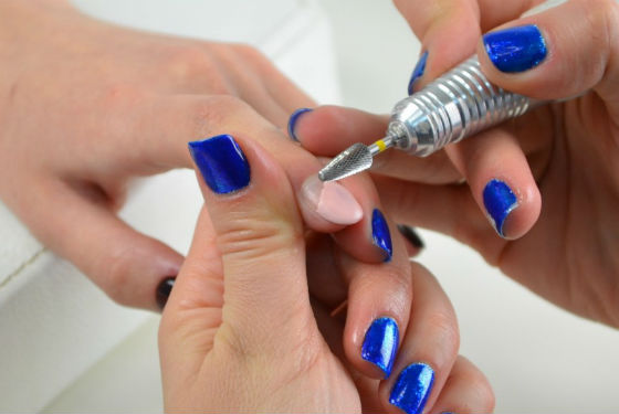 Спиливание стойкого покрытия для ногтей фрезой