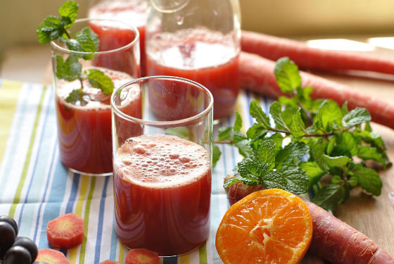 Натуральные овощные и фруктовые соки хорошо очищают кишечник