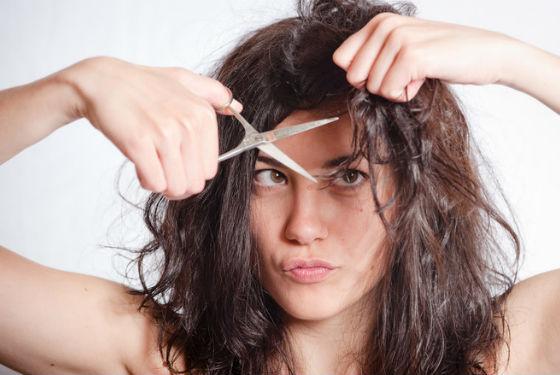 При длительном выпадении желательно подстричь волосы