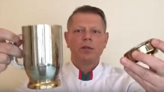 Доктор показывает, как правильно пить горячую воду