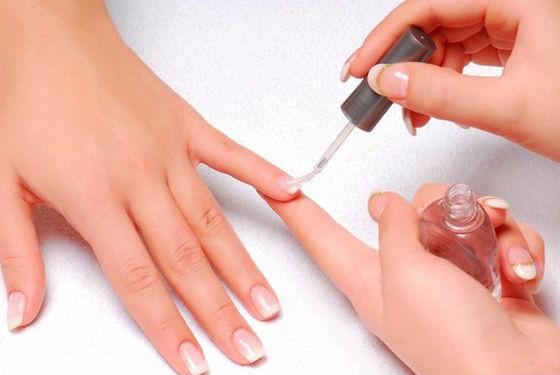 Нанесение лекарственного средства на ногтевую пластину