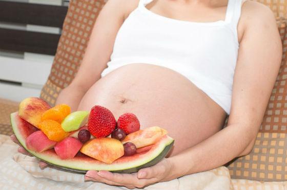 Большинство витаминных и минеральных веществ будущая мама получает с пищей