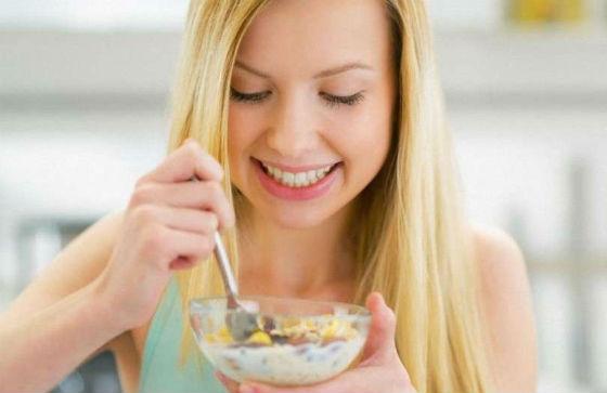 Девушка ест ячневую кашу