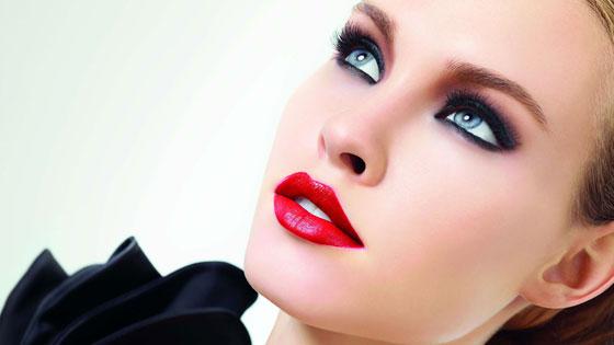 Яркая красная помада подчеркивает эффектный макияж