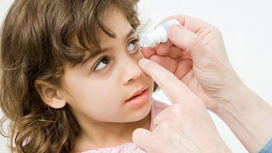 При закапывании в глаза нужно оттянуть нижнее веко
