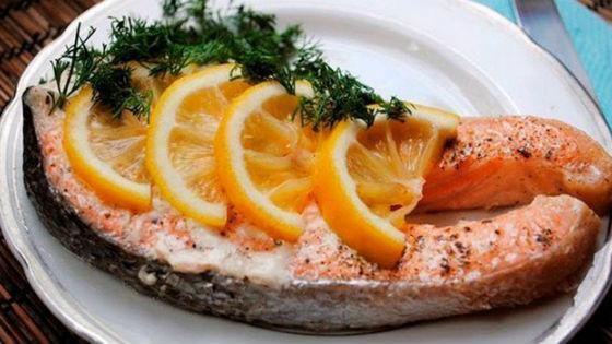Запеченная в фольге красная рыба