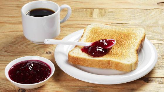 Кофе и тост для французского завтрака
